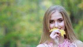 Bella giovane donna bionda - ritratto variopinto di autunno stock footage
