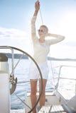 Bella giovane donna bionda sexy, guidante una barca sull'acqua, itinerario, bello trucco, abbigliamento, estate, sole, ente perfe Immagine Stock Libera da Diritti