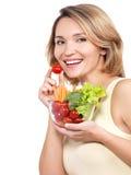 Bella giovane donna in buona salute con un piatto delle verdure. fotografia stock