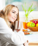 Bella giovane donna calma che mangia il caffè di mattina Immagine Stock Libera da Diritti