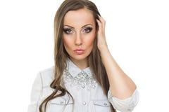 Bella giovane donna in camicia del denim con la collana moderna Immagini Stock