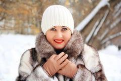 Bella giovane donna in cappotto di inverno Immagini Stock