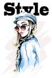 Bella giovane donna in cappuccio alla moda Donna disegnata a mano di modo Ragazza con gli occhiali da sole abbozzo Immagine Stock Libera da Diritti