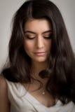 Bella giovane donna castana che guarda giù Fotografia Stock Libera da Diritti
