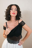 Bella giovane donna castana con capelli ricci neri che la mostrano Fotografia Stock Libera da Diritti
