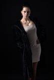 Donna con gioielli in pelliccia nera lunga Fotografie Stock Libere da Diritti