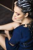 Bella giovane donna castana con i dres di trucco e dei capelli di fantasia Fotografia Stock
