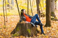 Bella giovane donna castana - ritratto variopinto di autunno fotografia stock libera da diritti