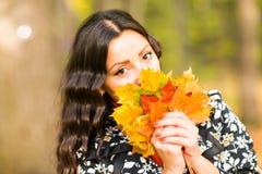 Bella giovane donna castana - ritratto variopinto di autunno fotografie stock libere da diritti