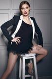 Bella giovane donna castana sexy che porta una progettazione alla moda del breve vestito e un rivestimento alla moda con il confi Immagini Stock Libere da Diritti