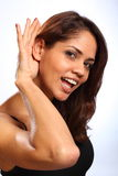 Bella giovane donna che ascolta con un sorriso Immagini Stock