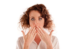 Bella giovane donna che boccheggia con le sue mani sopra lei bocca Fotografia Stock