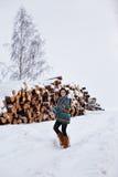 Bella giovane donna che cammina nell'inverno all'aperto Immagine Stock Libera da Diritti