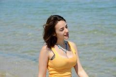 Bella giovane donna che cammina sulla spiaggia Fotografie Stock