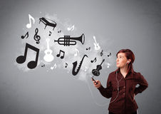 Bella giovane donna che canta e che ascolta la musica con il musica Fotografie Stock Libere da Diritti