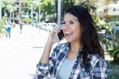 Bella giovane donna che comunica sul telefono Fotografia Stock