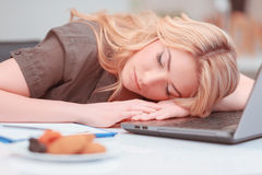 Bella giovane donna che dorme nell'ufficio Fotografia Stock Libera da Diritti