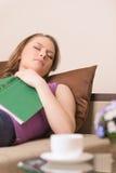 Bella giovane donna che dorme sul sofà a casa Fotografia Stock Libera da Diritti