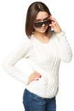 Bella giovane donna che esamina gli occhiali da sole Isolato su priorità bassa bianca Fotografie Stock Libere da Diritti