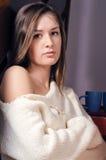 Bella giovane donna che esamina macchina fotografica in lavori o indumenti a maglia Fotografia Stock Libera da Diritti