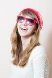 Bella giovane donna che esamina macchina fotografica in lavori o indumenti a maglia Fotografie Stock Libere da Diritti