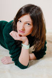 Bella giovane donna che esamina macchina fotografica in lavori o indumenti a maglia Fotografia Stock