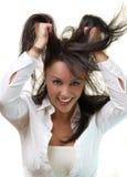 Bella giovane donna che estrae i suoi capelli Fotografia Stock