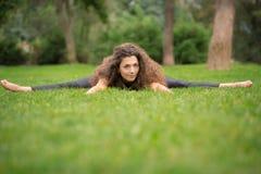 Bella giovane donna che fa allungando gli esercizi Immagine Stock Libera da Diritti