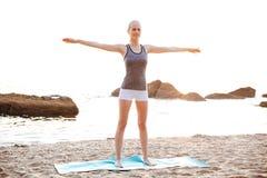 Bella giovane donna che fa allungando gli esercizi durante l'yoga Fotografia Stock Libera da Diritti