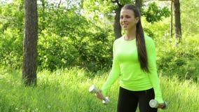 Bella giovane donna che fa giorno di estate della foresta della testa di legno del whith di esercizio video d archivio