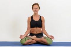 Bella giovane donna che fa yoga fotografie stock libere da diritti