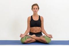 Bella giovane donna che fa yoga fotografia stock