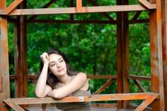 Bella giovane donna che fantastica fuori Fotografia Stock