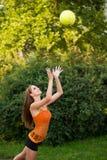 Bella giovane donna che gioca con la palla all'aperto in parco Fotografie Stock