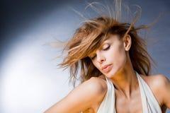 Bella giovane donna che gode del vento Immagine Stock