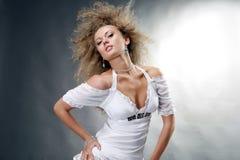 Bella giovane donna che gode del vento Fotografia Stock