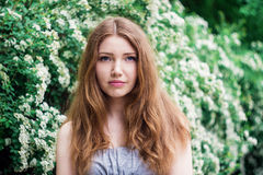 Bella giovane donna che gode dell'odore fotografia stock libera da diritti