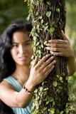 Bella giovane donna che gode della natura Fotografie Stock Libere da Diritti