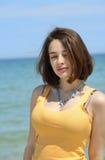 Bella giovane donna che gode delle sue vacanze estive Immagine Stock