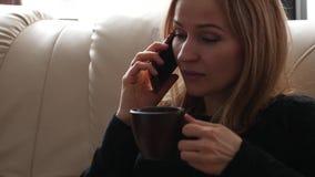 Bella giovane donna che ha conversazione casuale sul telefono cellulare 4K video d archivio