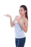 Bella giovane donna che indica e che mostra la palma aperta della mano Immagine Stock Libera da Diritti
