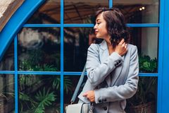 Bella giovane donna che indossa l'attrezzatura alla moda di autunno Ritratto all'aperto del modello di moda immagine stock