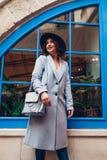 Bella giovane donna che indossa l'attrezzatura alla moda di autunno Ritratto all'aperto del modello di moda che cammina nella cit immagini stock libere da diritti