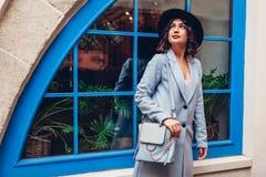 Bella giovane donna che indossa l'attrezzatura alla moda di autunno Ritratto all'aperto del modello di moda Sguardo della via fotografia stock libera da diritti