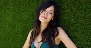 Bella giovane donna che indossa la cima di bikini verde stock footage