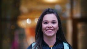 Bella giovane donna che invia i baci e sorridere del colpo stock footage