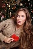 Bella giovane donna che invia un bacio Fotografie Stock