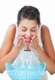 Bella giovane donna che lava il suo fronte Fotografie Stock Libere da Diritti