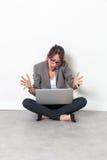Bella giovane donna che lavora al computer che parla sul telefono Fotografia Stock Libera da Diritti
