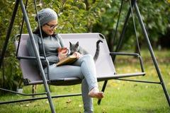 Bella giovane donna che legge un libro fotografia stock libera da diritti